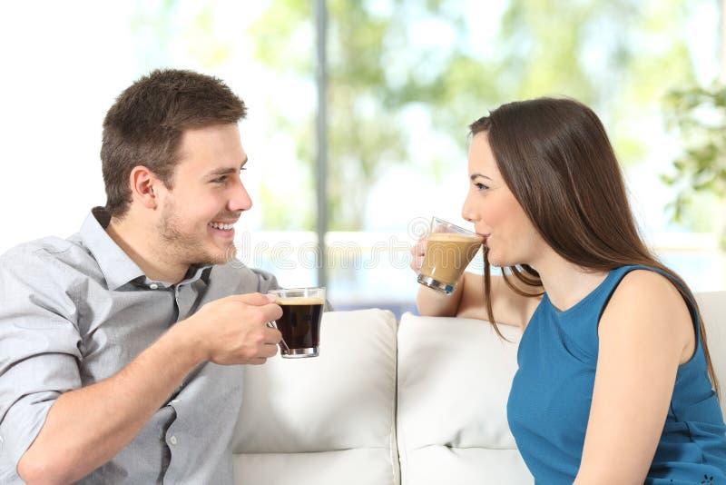 Caffè di conversazione e bevente delle coppie fotografia stock