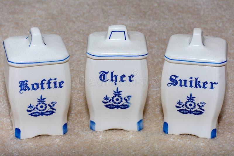 Caffè di Delft, tè e contenitori blu dello zucchero Koffie, Thee, Suiker Ricordi famosi della porcellana dall'Olanda/Paesi Bassi fotografia stock