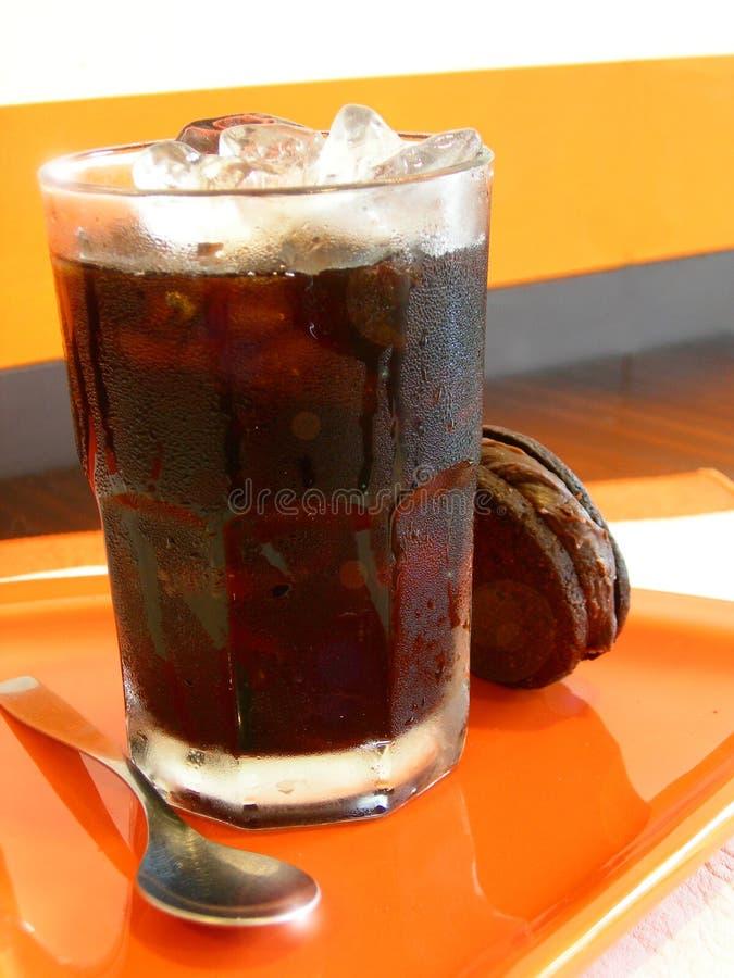 Caffè di ghiaccio con il biscotto 2 immagini stock