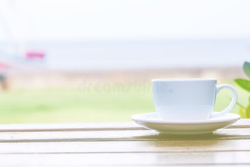 Caffè di mattina alla spiaggia fotografia stock libera da diritti