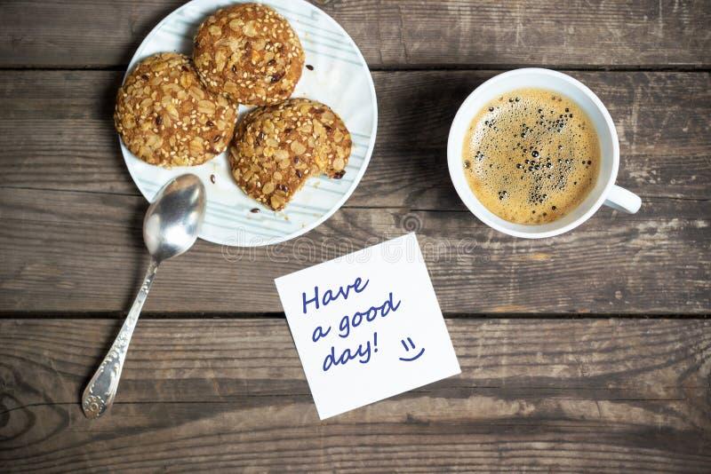 Caffè di mattina con i biscotti su una tavola di legno fotografia stock