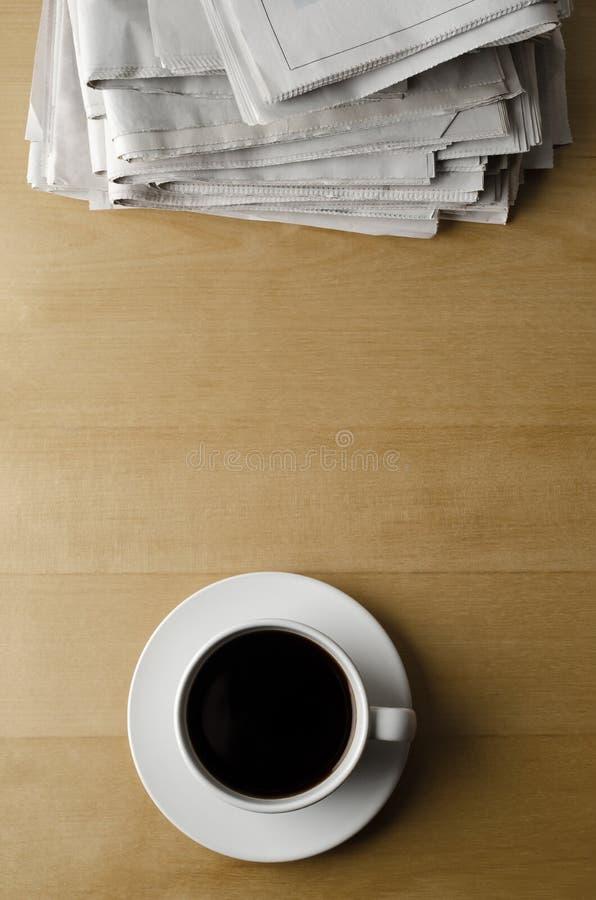 Caffè di mattina con la pila di giornali da sopra fotografia stock