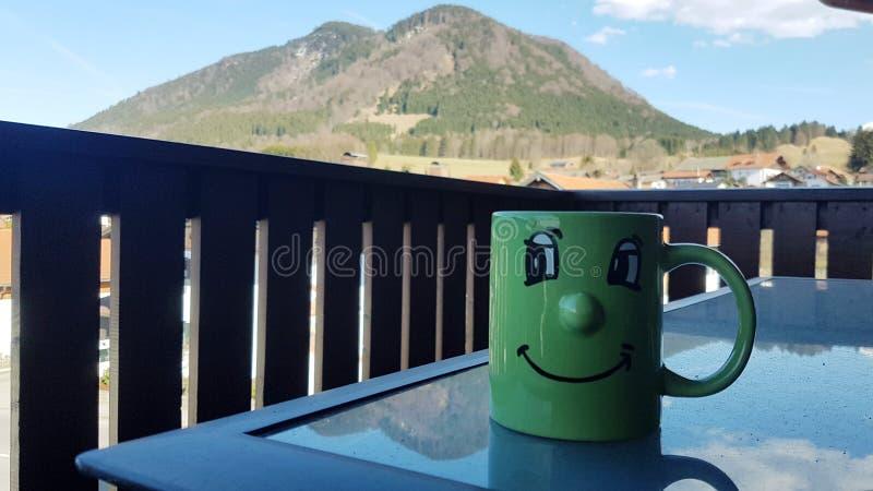 Caffè di mattina con una vista piacevole fotografia stock
