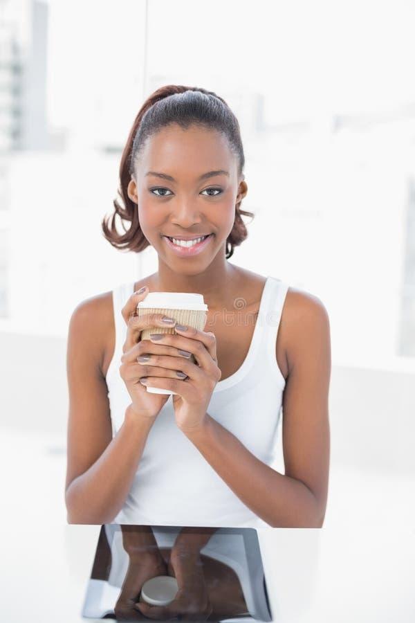 Caffè di modello sportivo felice della tenuta fotografie stock libere da diritti