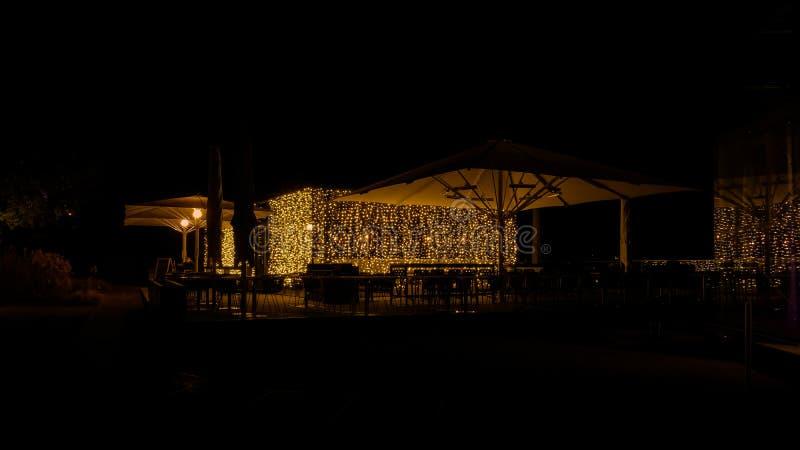 Caffè di notte con illuminazione elegante fotografie stock libere da diritti