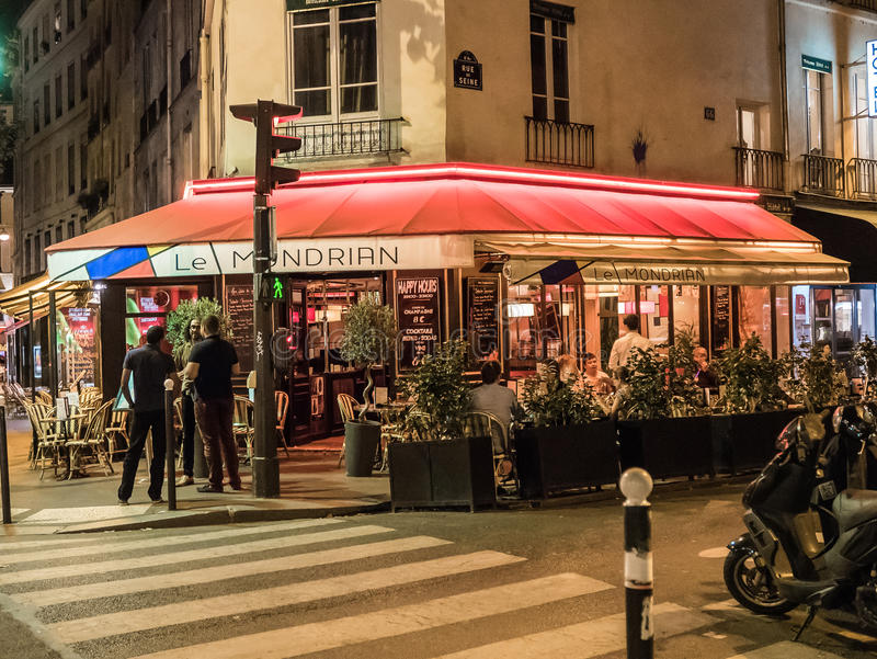 Caffè di Parigi alla notte immagine stock