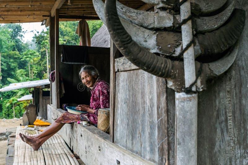 Caffè di pulizia della donna nel villaggio tradizionale di Bena fotografia stock