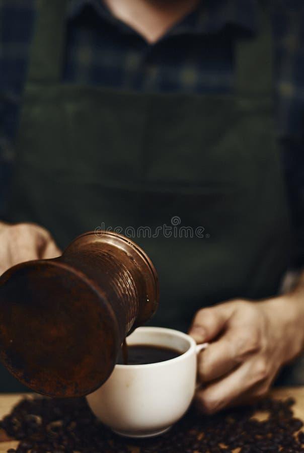 Caffè di versamento del maschio fotografia stock