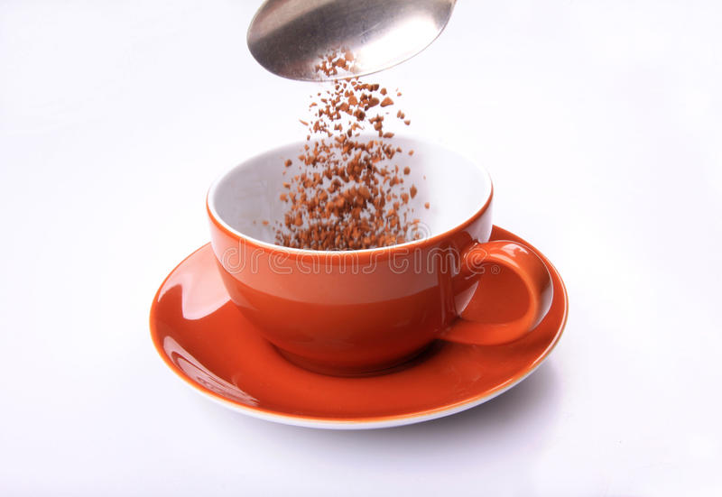 Caffè di versamento in tazza fotografia stock libera da diritti