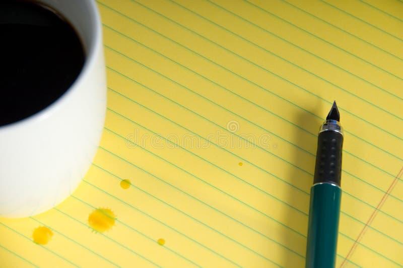 Caffè e blocchetto per appunti fotografie stock