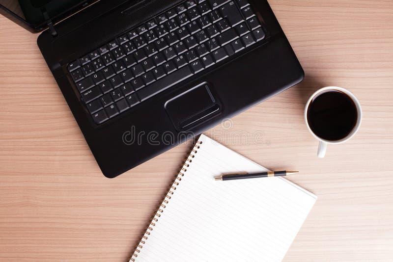 Caffè e calcolatore - rottura in ufficio fotografia stock libera da diritti