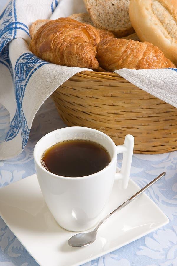 Download Caffè e croissants immagine stock. Immagine di tabella - 7306569