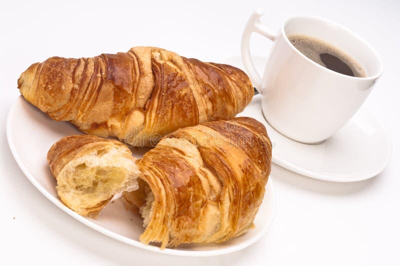Caffè e Croissants su una priorità bassa bianca fotografia stock libera da diritti