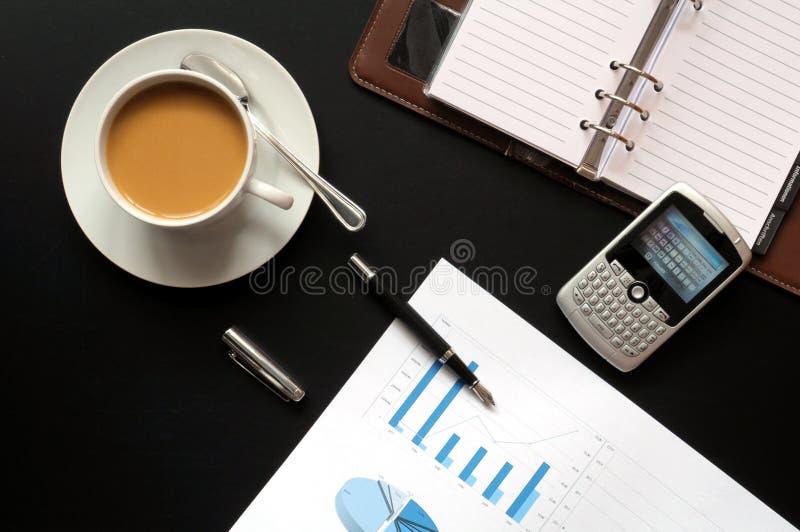 Caffè e dati finanziari fotografia stock libera da diritti