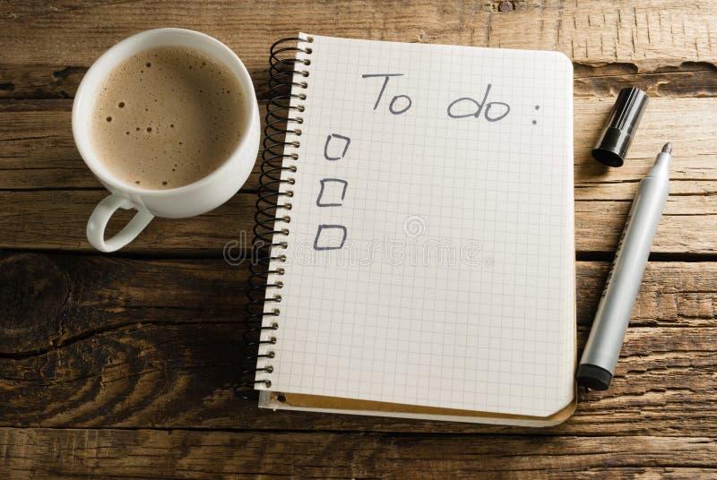 Caffè e diario notepads Una nota Lista di da fare fotografia stock