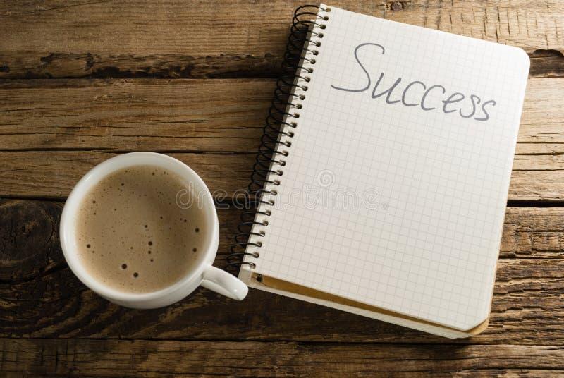 Caffè e diario notepads Una nota Successo fotografia stock