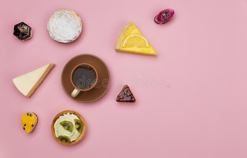 Caffè e forno su fondo rosa immagine stock