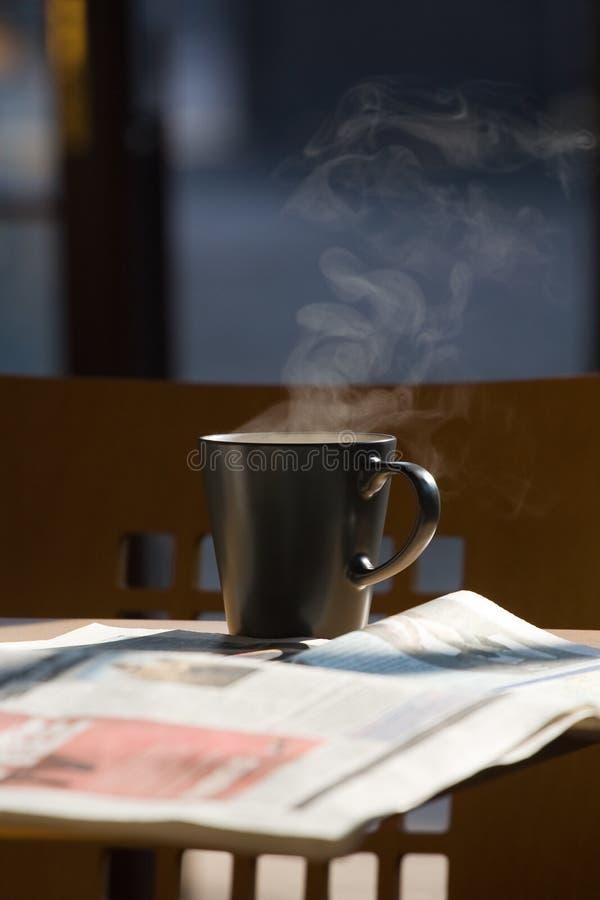 Caffè e giornali caldi fotografie stock