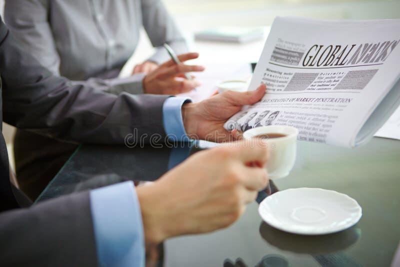 Caffè e notizie immagini stock