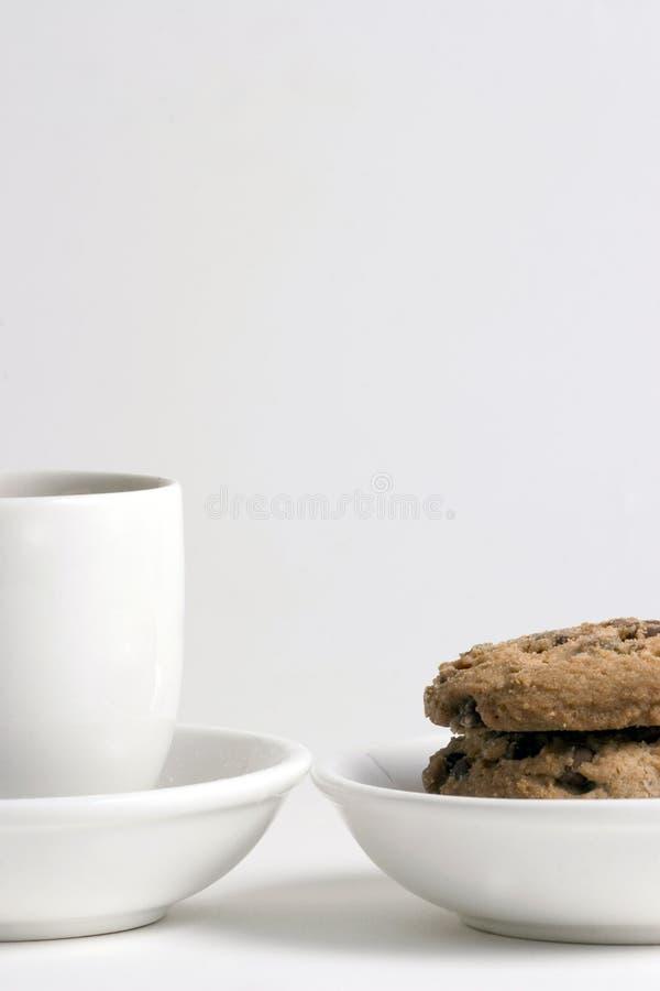 Caffè e pila di biscotti di pepita di cioccolato fotografie stock