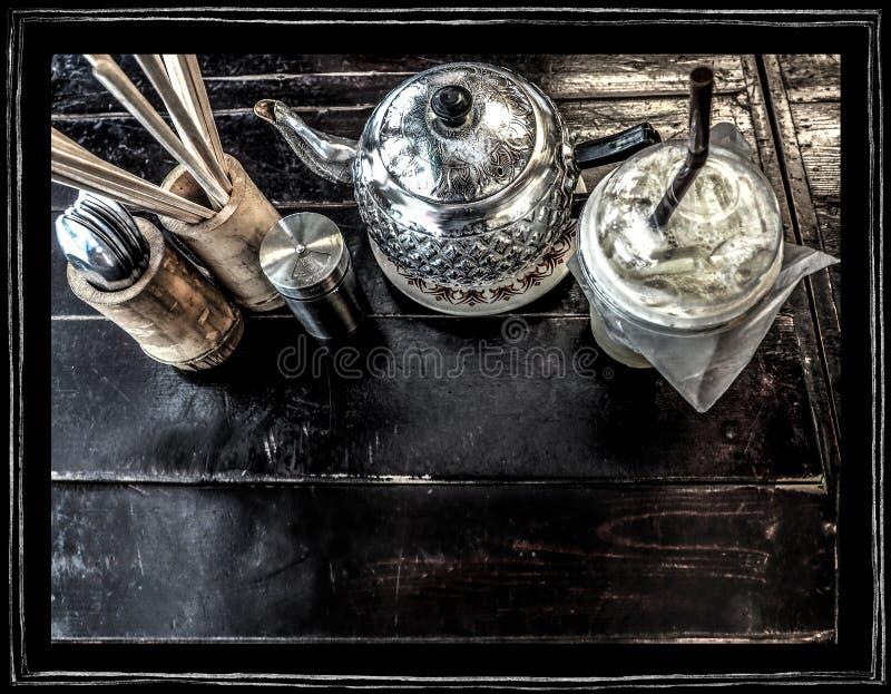 Caffè e proprietà del fondo sullo scrittorio di legno immagini stock libere da diritti