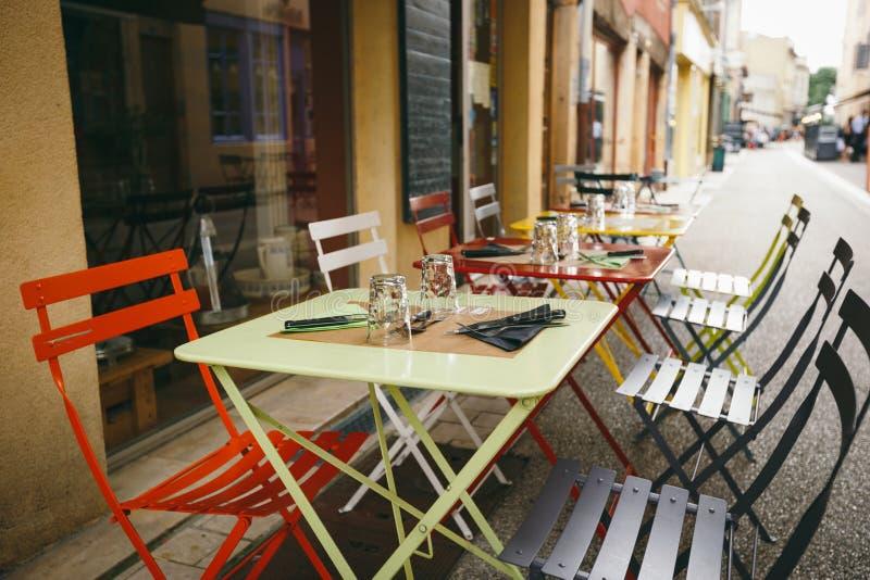 Caffè e ristoranti di tema Terrazzo esteriore di estate dei colori luminosi del negozio del caffè della via in Europa in Francia  fotografia stock libera da diritti