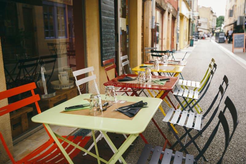 Caffè e ristoranti di tema Terrazzo esteriore di estate dei colori luminosi del negozio del caffè della via in Europa in Francia  fotografie stock libere da diritti