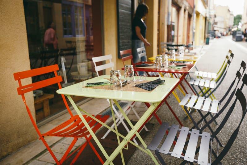 Caffè e ristoranti di tema Terrazzo esteriore di estate dei colori luminosi del negozio del caffè della via in Europa in Francia  fotografie stock
