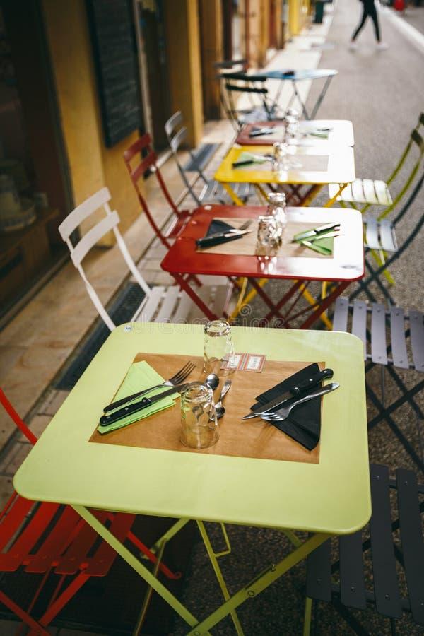 Caffè e ristoranti di tema Terrazzo esteriore di estate dei colori luminosi del negozio del caffè della via in Europa in Francia  immagine stock