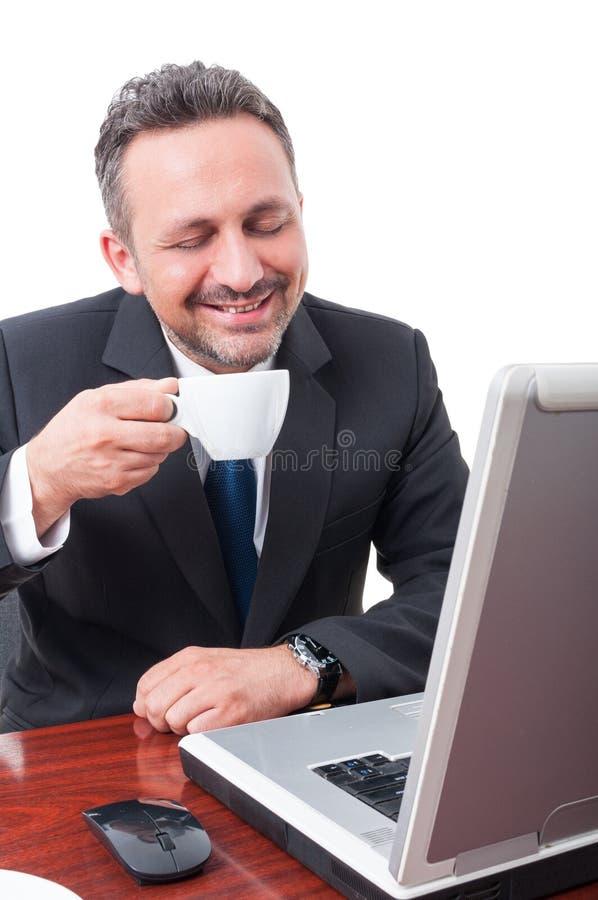 Caffè espresso bevente del responsabile felice e rilassato immagini stock