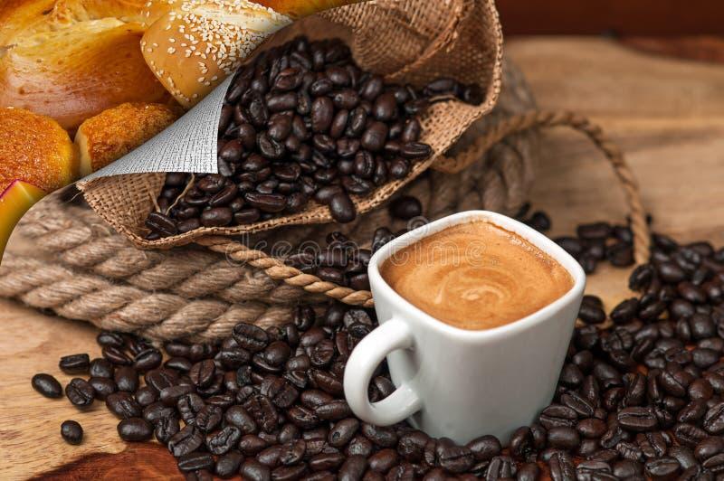 Caffè espresso, chicchi di caffè e pane immagini stock