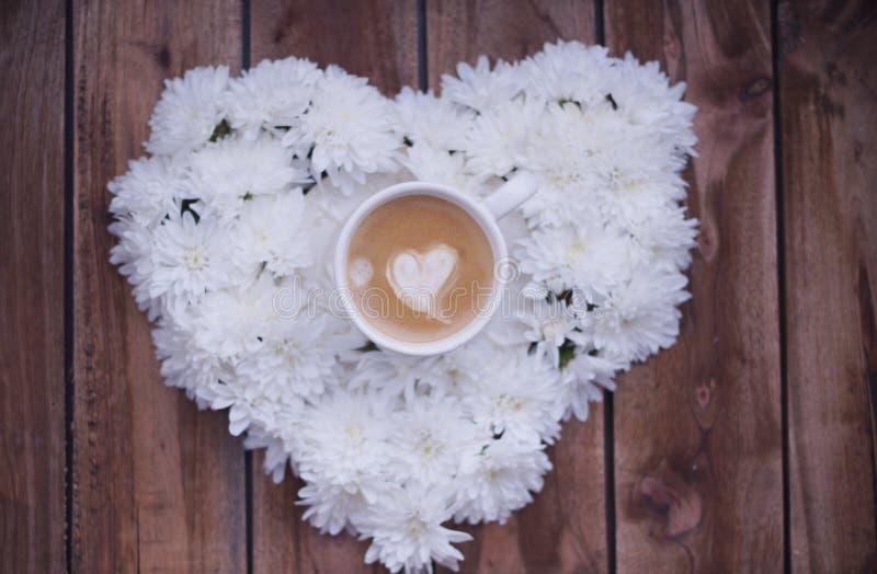 Caffè espresso a colori con cuore su un fondo di legno immagini stock