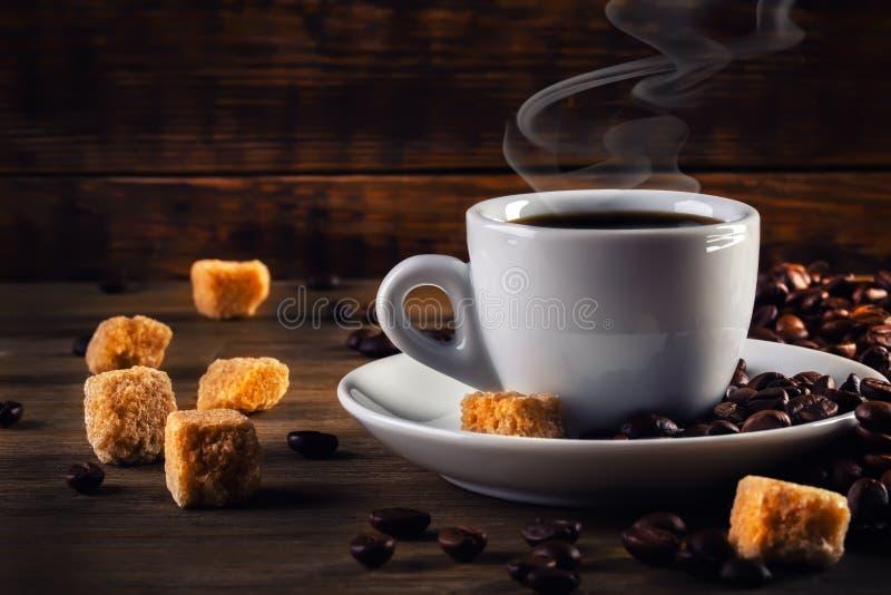 Caffè espresso del caffè con lo zucchero di canna ed i chicchi di caffè immagine stock libera da diritti