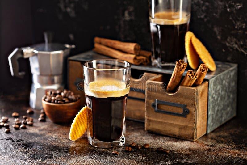 Caffè espresso in piccoli vetri immagine stock