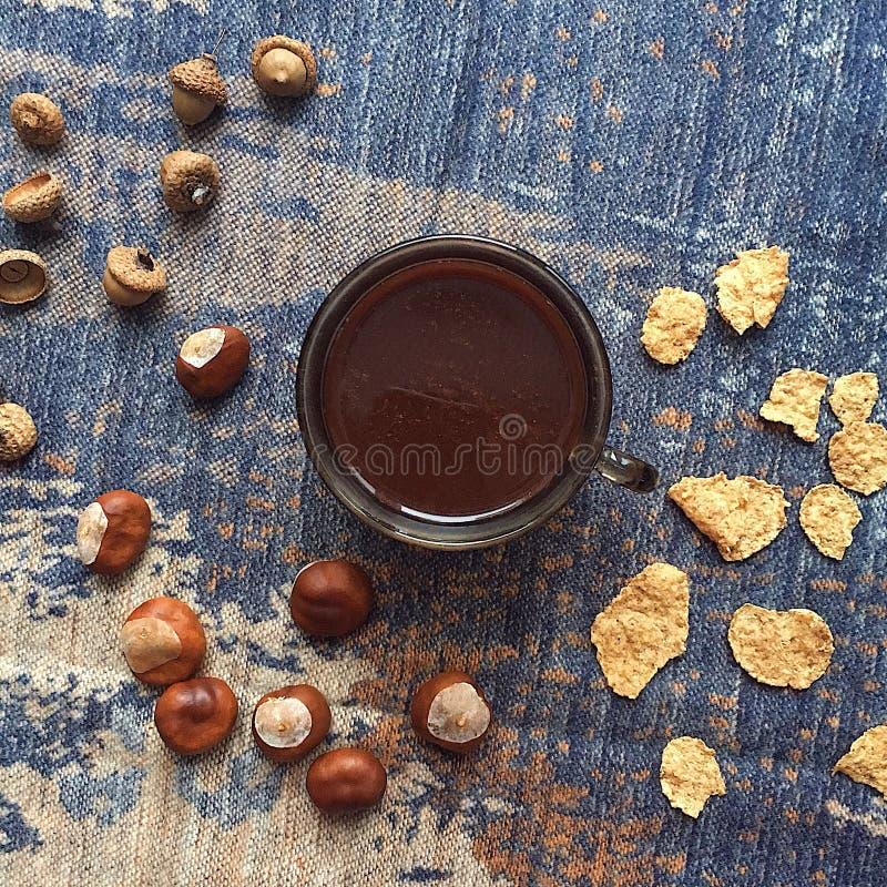 Caffè flatlay con le castagne, ghianda, fiocchi di mais immagini stock