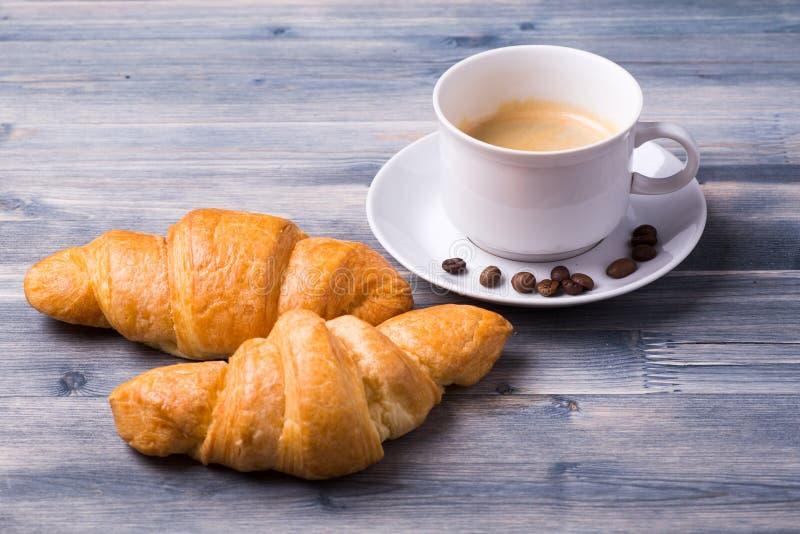 Caffè fresco con i croissant immagini stock libere da diritti