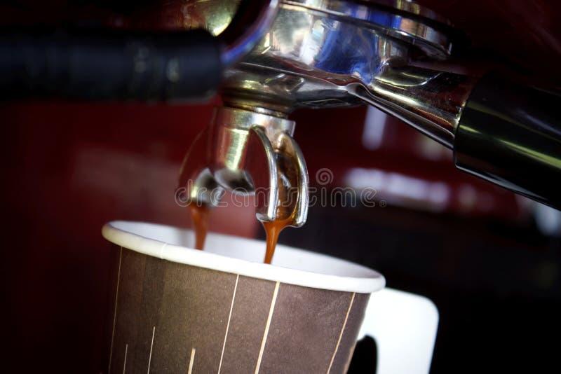 caffè fresco dalla macchina che fermenta alla tazza di carta di fotografia stock libera da diritti