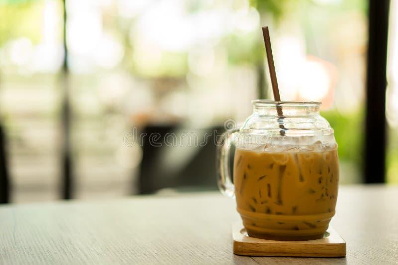 Caffè ghiacciato con il tubo sulla tavola al caffè fotografie stock