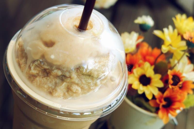 Caffè ghiacciato del frappe in caffetteria immagini stock