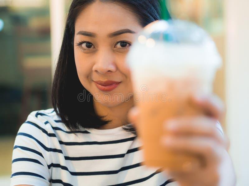Caffè ghiacciato della bevanda della donna nel caffè fotografia stock libera da diritti