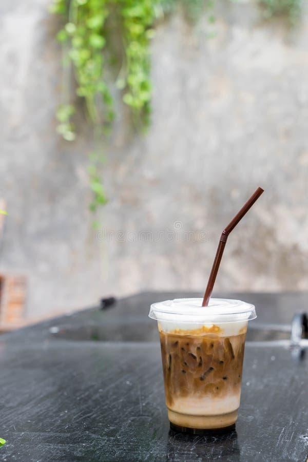 Caffè ghiacciato sulla tavola immagine stock