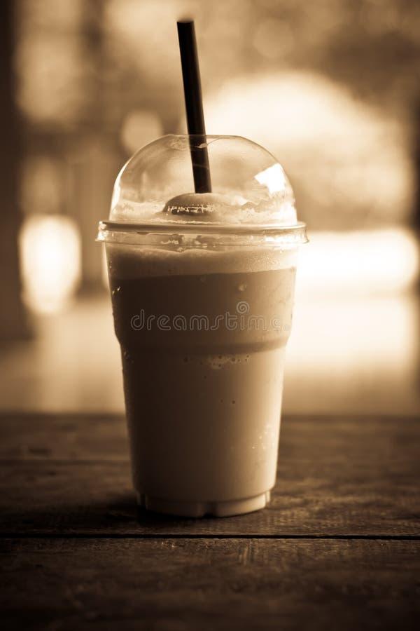 Caffè ghiacciato sulla tavola fotografia stock libera da diritti