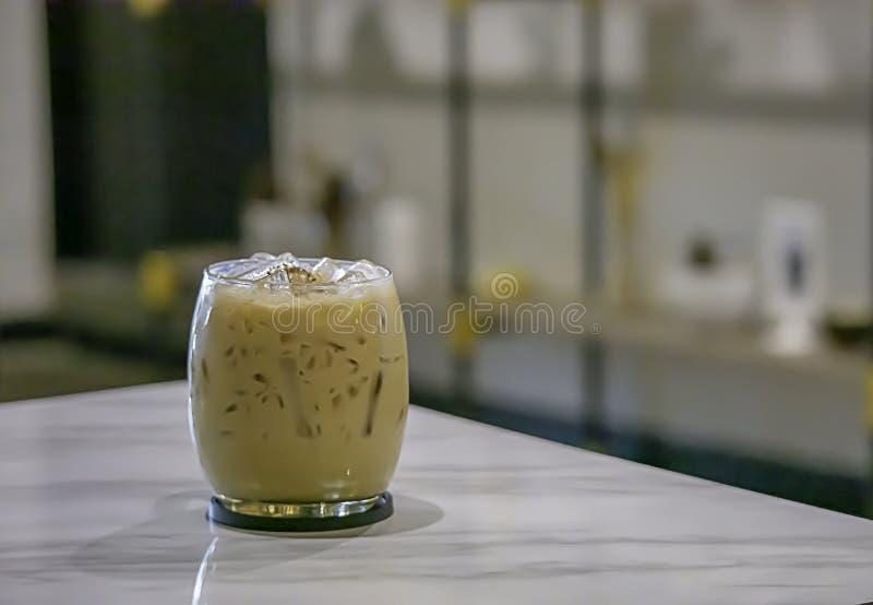 Caffè ghiacciato sulla tavola nel negozio fotografia stock libera da diritti