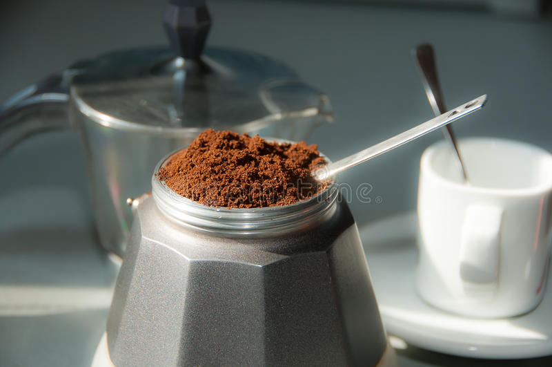 Caffè italiano con caffè macinato e una tazza fotografia stock
