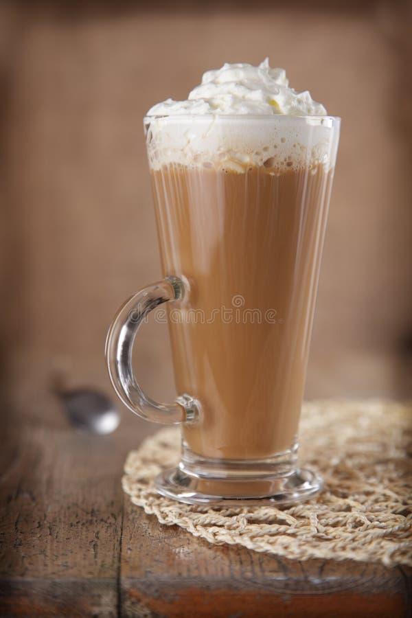 Caffè Latte con panna montata nello stile rustico fotografie stock