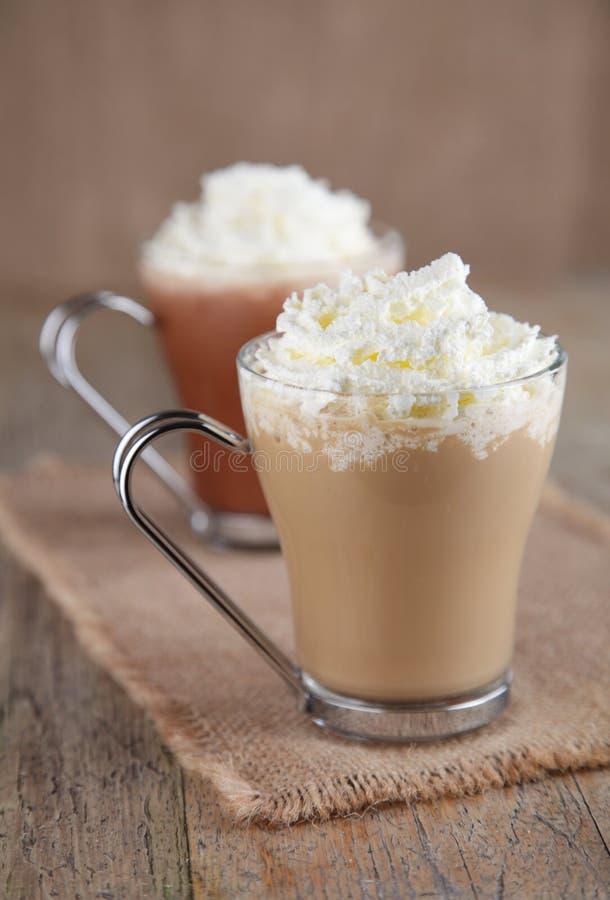 Caffè Latte e cioccolato caldo con panna montata immagine stock libera da diritti