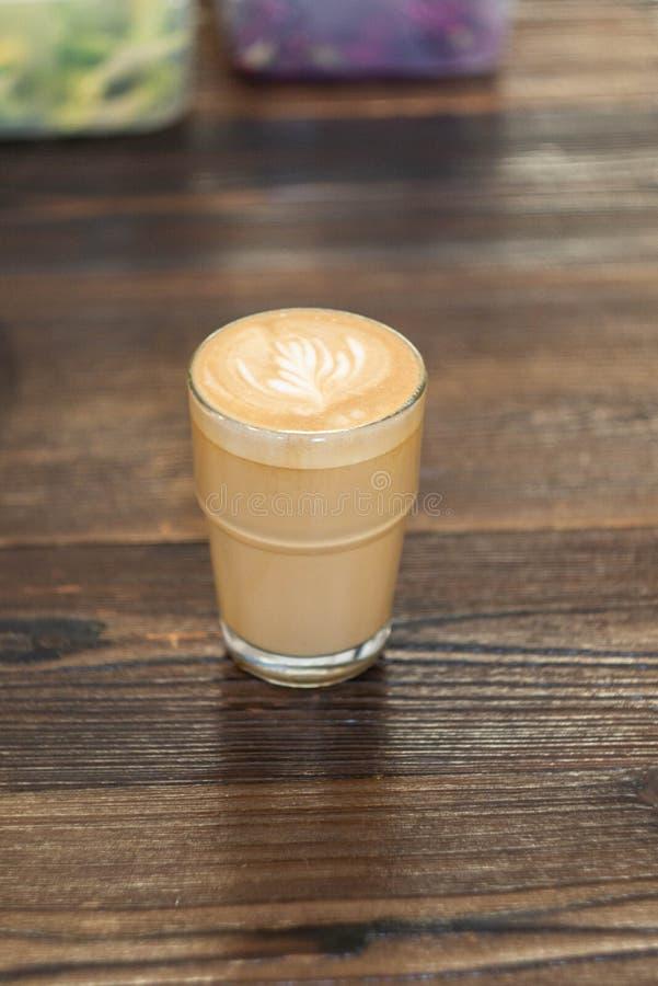 Caffè macchiato piano sulla tavola di legno fotografie stock