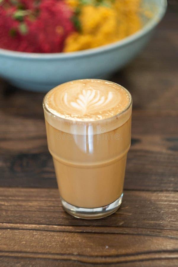 Caffè macchiato piano sulla tavola di legno fotografie stock libere da diritti