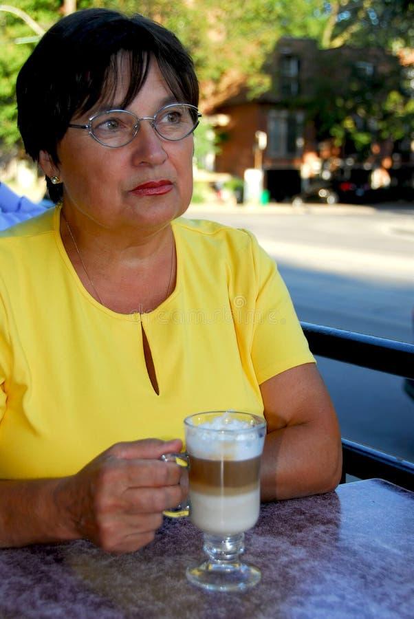 Caffè maturo della donna fotografia stock libera da diritti