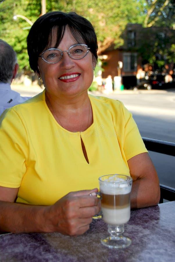 Caffè maturo della donna fotografie stock libere da diritti